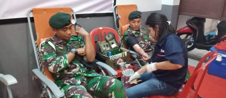 Prajurit TNI Yonif RK 136 TS Donorkan Darah
