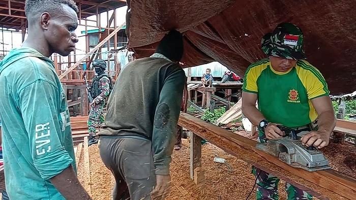 Satgas Yonif/755 Kostrad Bantu Bangun Kembali Pasar Dolog Asmat Usai Musibah Kebakaran