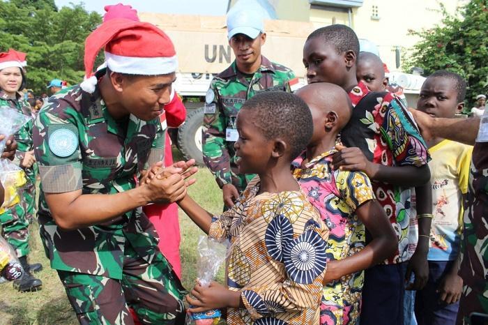 Prajurit Satgas TNI RDB Berbagi Keceriaan Natal di Kongo