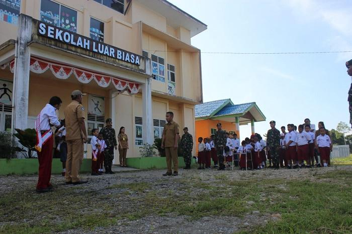 Satgas Yonif 755 Kostrad Upacara Bendera di SLB Negeri Mimika