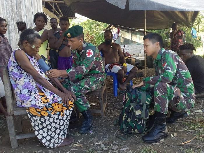 Satgas Yonif 755 Kostrad Layani Perobatan Warga Kampung Hemigoma di Papua