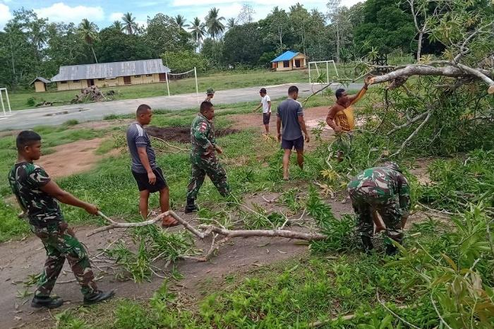 Satgas Pamtas TNI dan Warga Kampung Yanggandur Gotong Royong Bersihkan Pohon Tumbang