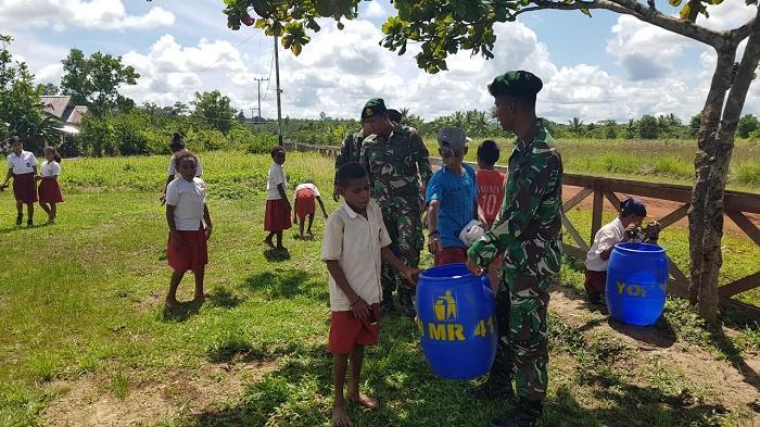 Prajurit TNI Ajarkan Siswa SD di Perbatasan RI-PNG Jaga Kebersihan Lingkungan
