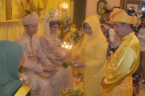 Meriahnya Prosesi Adat Melayu Pernikahan Anak Mantan Gubsu dengan Miss Grand Internasional 2016 di Istana Maimun