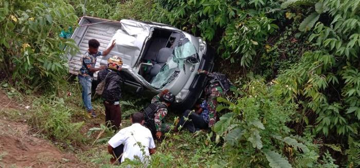 Mobil Masuk ke Jurang, Satgas Yonif 754 Bantu Evakuasi 17 Korban