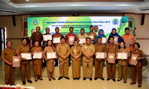 Sekdaprov Sabrina Serahkan Penghargaan Adiwiyata kepada 145 Sekolah di Sumut