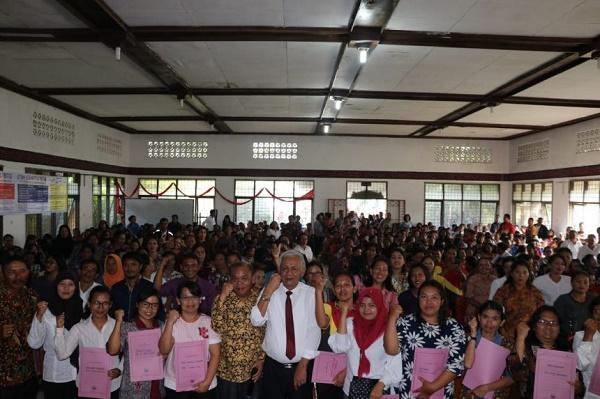 Bupati Toba Serahkan SK Tenaga Kontrak Guru dan Tenaga Administrasi di Kabupaten Toba