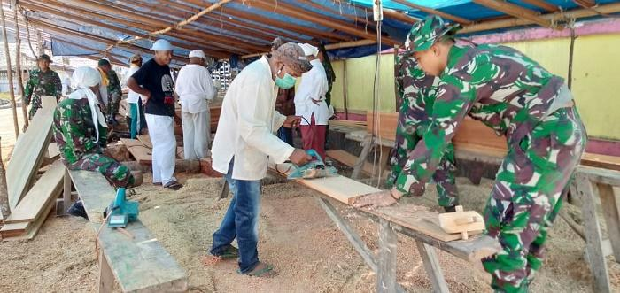 Yonif Raider Khusus 136 Perbaiki Sarana Ibadah di Negeri Rohomoni Maluku