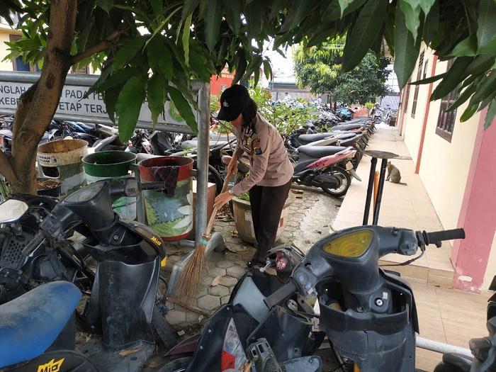 Kapolsek Helvetia Ajak Personil Bersih-bersih di Mapolsek, Cegah Timbulnya Wabah Penyakit