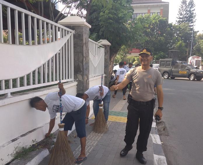 Puluhan Preman Yang Ditangkap Karena Pungli, Jalani Hukuman Bersihkan Jalanan Kota Medan