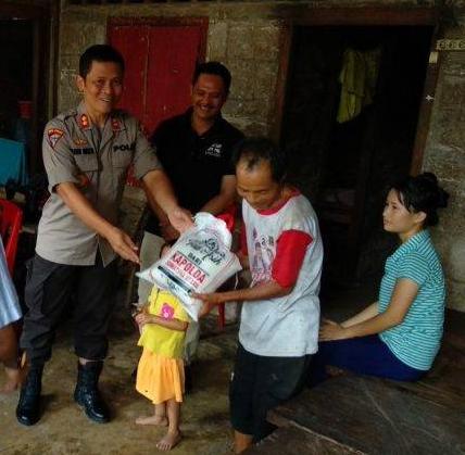 Kapolres Bersama Danlanal Nisel Bagikan Sembako untuk Warga Kurang Mampu di Mazino