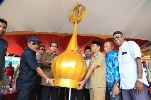 Achmad Hatari Beri Bantuan 5 Kubah Masjid Al Istiqomah di Desa Igabula, Halmahera Utara