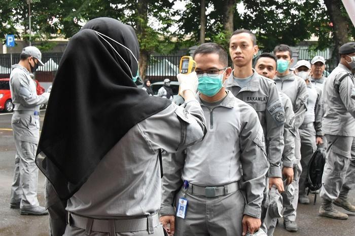 Cegah Covid-19, Bakamla RI Semprotkan Desinfektan ke Personel dan Kendaraan