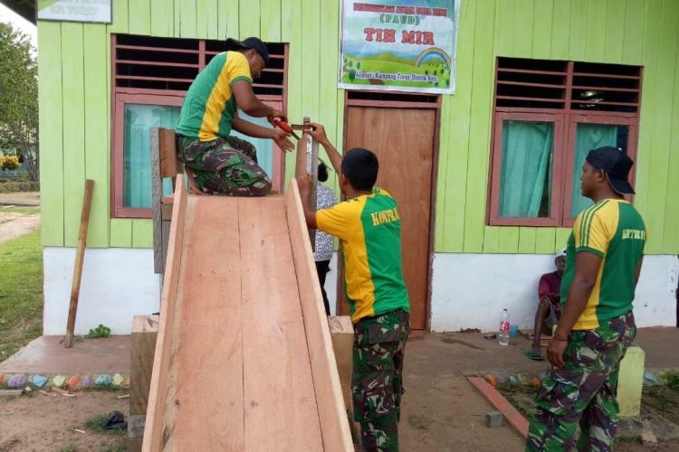 Prajurit Pamtas Yonif 411 Bangun Taman Bermain Untuk Anak-Anak Kampung Toray Papua