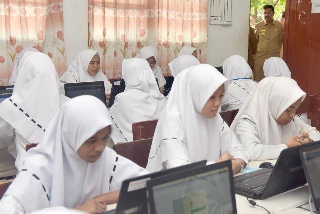 Gubsu Tinjau UNBK SMA, Jumlah SMA Pelaksana UNBK di Sumut Meningkat Pesat