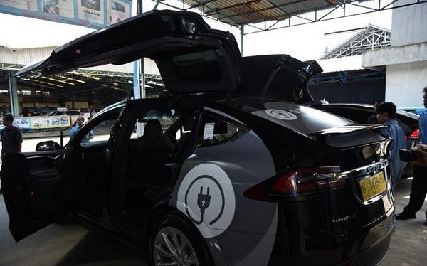 Hari Bumi, Menteri ESDM Luncurkan Taksi Listrik Pertama di Indonesia