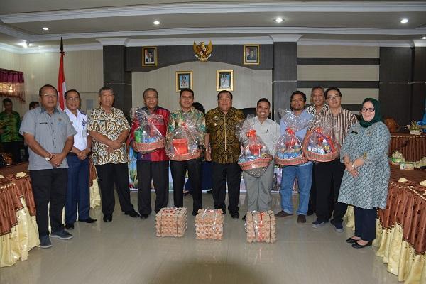 Wali Kota Sibolga Serahkan Paket Paskah Kepada Pengurus Gereja di Kota Sibolga