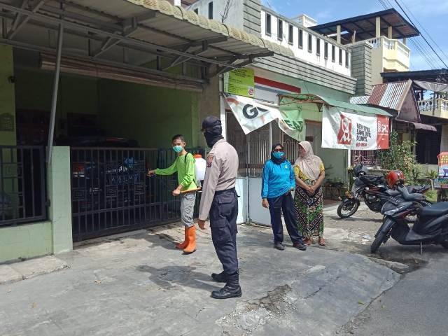 Polsek Helvetia Semprot Desinfektan ke Rumah Warga, Lawan Virus Corona