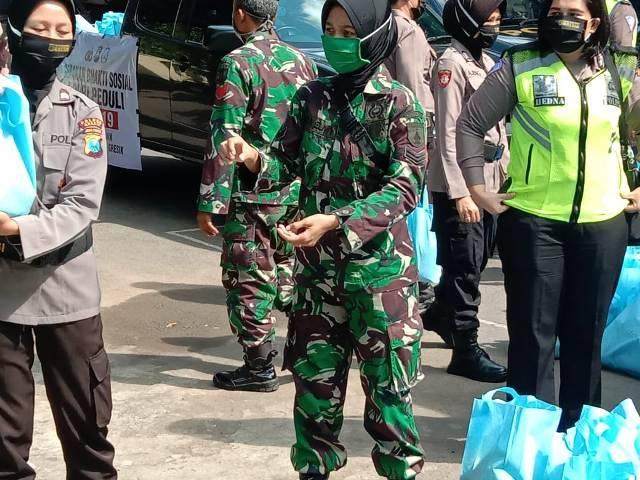 Hari Kartini, Kowad Kodim 0817 dan Polwan Polres Gresik Berbagi Masker dan Sembako