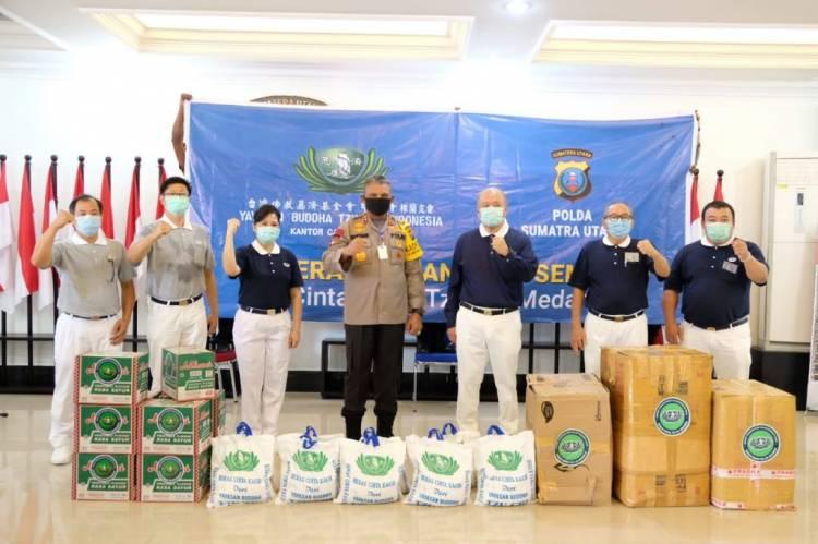 Kapolda Sumut Terima Bantuan Masker dan Sembako dari Yayasan Buddha Tzu Chi Indonesia untuk Warga Terdampak Covid-19
