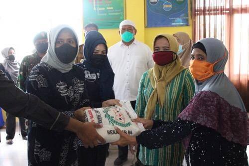 Nurul Khairani Akhyar Serahkan Bantuan Sembako untuk Bilal Mayit di Medan Belawan