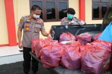 Kapolresta Deli Serdang Bagikan Nasi Bungkus untuk Masyarakat Terdampak Virus Corona