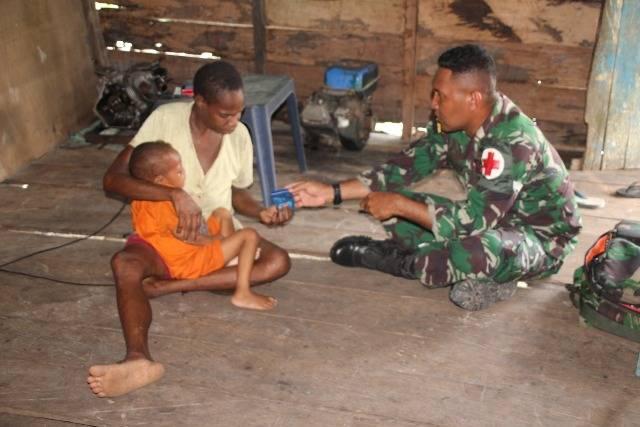 Prajurit TNI di Pedalaman Papua Layani Kesehatan Warga dengan Keliling Kampung