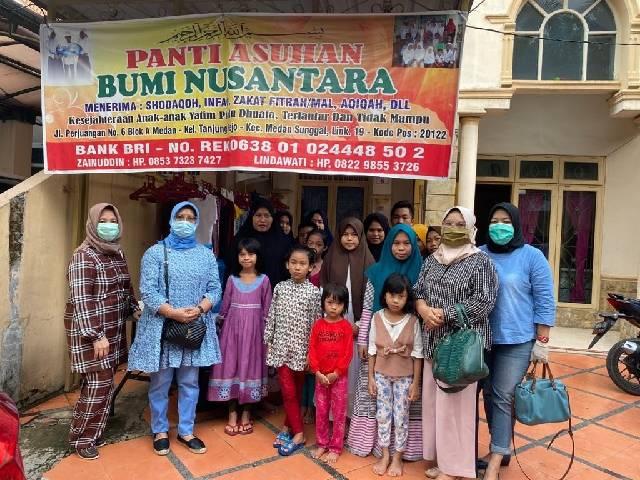 Dharma Wanita Persatuan USU Serahkan 220 Paket Sembako dan Sanitizer
