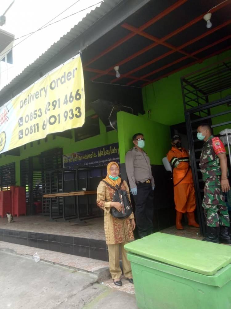 Polsek Medan Area dan Satgas Kelurahan Sei Rengas Permata Lakukan Semprot Disinfektan ke Rumah Warga