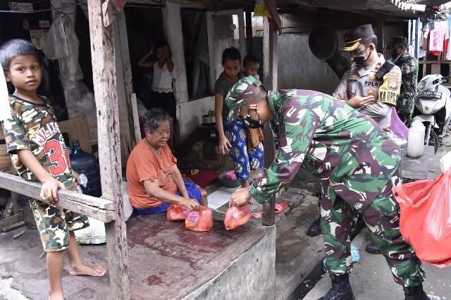 1.200 Nasi Bungkus Dibagikan Prajurit TNI-Polri untuk Warga Kapuk