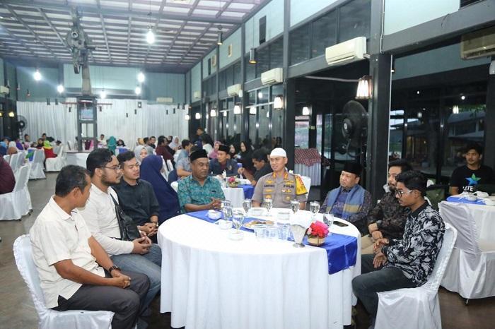 Kapolrestabes Medan Buka Puasa Bersama BEM Nusantara di Medan Club