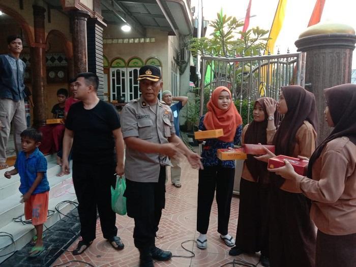 Kapolrestabes Medan Bagikan Nasi Kotak di Jumat Barokah