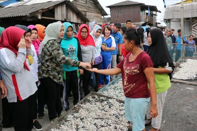 Lihat Aktifitas Bahari, Ketua TP PKK Sumut dan Wakil Ketua TP Kota Medan ke Belawan