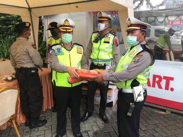 Diguyur Hujan, Kasat Lantas Polrestabes Medan Sigap Lakukan Check Point Pos 3 di Green Hill Sibolangit, Personel Diberi APD
