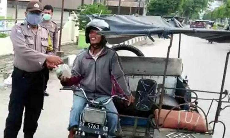 Dapur Umum Polres Tanjungbalai Kembali Berbagi Nasi Bungkus untuk Warga