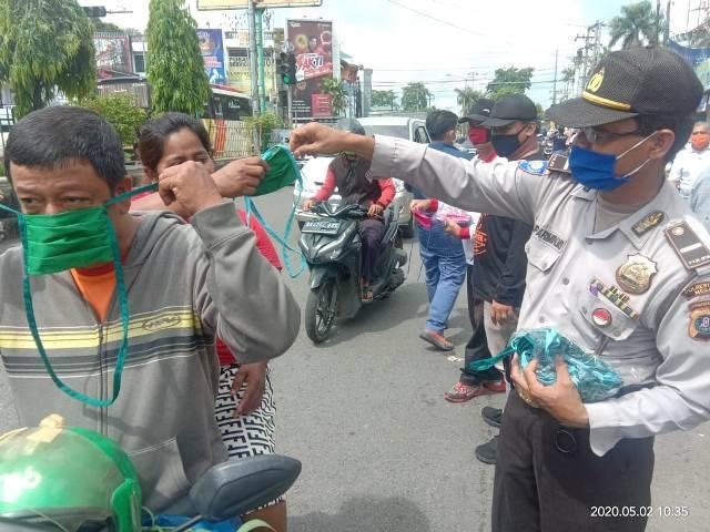 Polsek Helvetia Bagikan Masker, Ajak Masyarakat Lawan Penyebaran Covid-19