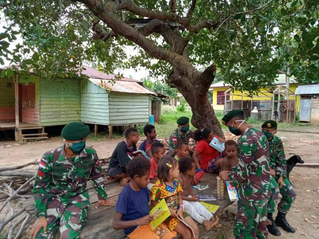 Hari Buku Nasional, Yonif 411 Kostrad Bagikan Buku Bacaan di Perbatasan RI-PNG