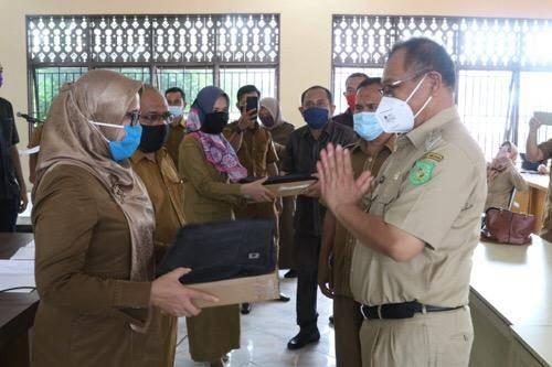 Serahkan 1.376 Notebook untuk Sekolah di Medan, Akhyar: Jangan Bebani Orangtua Murid Beli Buku Baru