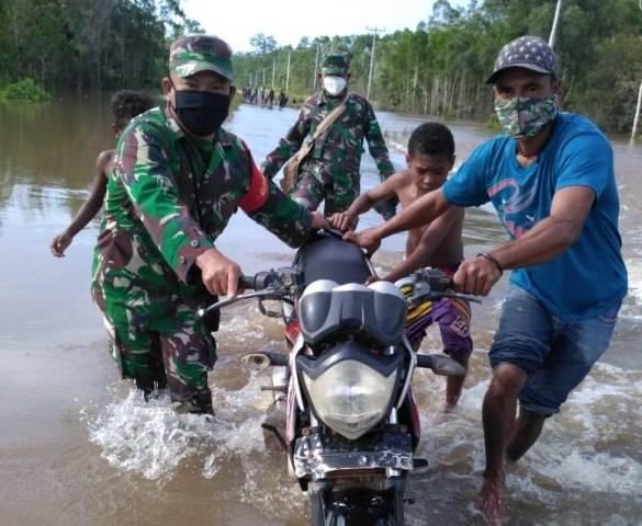 Jalan Trans Papua Banjir, Koramil 1707-17 dan Polsek Bupul Bantu Pengendara Melintas