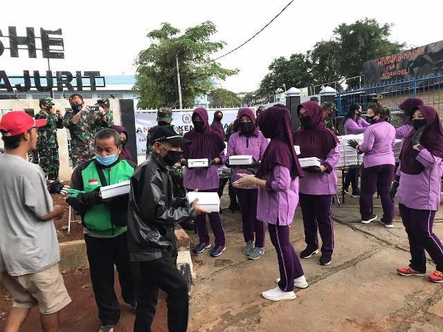 IKKT PWA Cabang BS XII Kogabwilhan II Bagikan Takjil dan Masker untuk Warga Pondok Gede