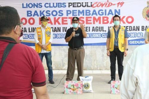 Bagikan Paket Sembako dari Lions Club, Akhyar Pesankan Warga Waspadai Orang Tak Pakai Masker