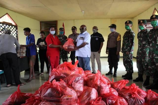 Prajurit TNI Yonif 411 Kostrad Bantu Pemkab Merauke Distribusikan Sembako untuk Warga
