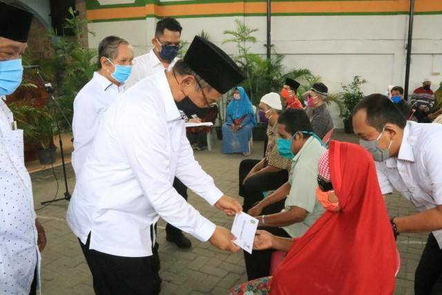 Plt Wali Kota Medan Serahkan Zakat Program Baznas Medan ke Tunanetra dan Disabilitas