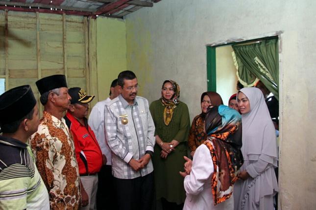 Tengku Erry Kunjungi Penerima Bedah Rumah di Madina