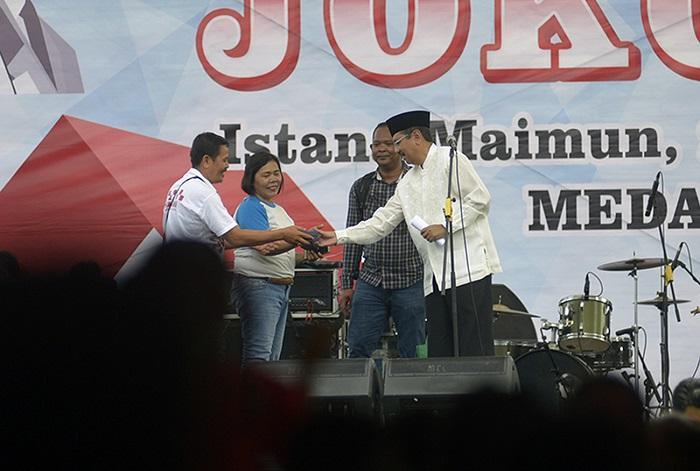 Bisa Sebut Keberhasilan Presiden Jokowi, Tengku Erry Hadiahi Warga Jam Tangan