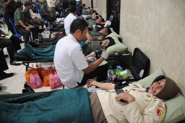 Personel TNI dan PNS Korem 082/CPYJ Gelar Donor Darah