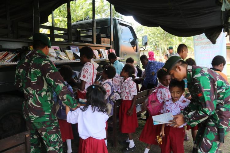 Perpustakaan Keliling Satgas Yonif Pandawa Kostrad di Sekolah Perbatasan