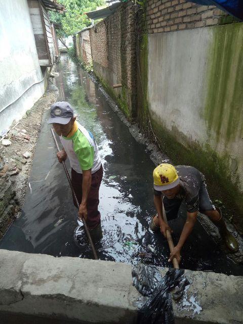 Kerap Tersumbat Lumpur dan Sampah, Dinas PU Normalisasi Gorong-gorong Jalan Bilal