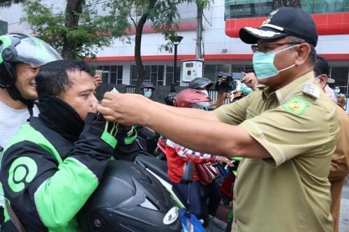Udara di Kota Medan Memburuk, Walikota Bagi-bagi Masker kepada Warga