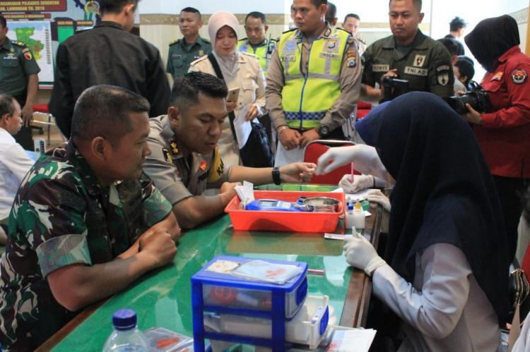 Sambut HUT TNI, TNI dan Polri Sumbang Darah
